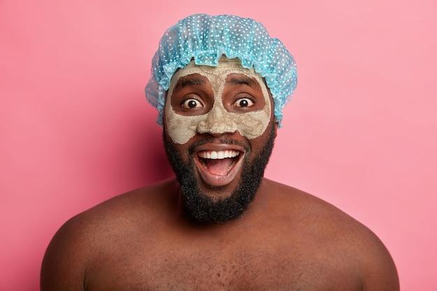 Homem usando máscara cosmética no rosto para dermatologia