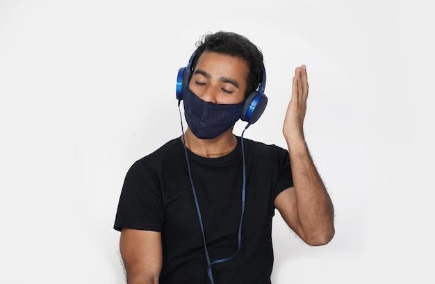 Homem usando máscara e orando a deus