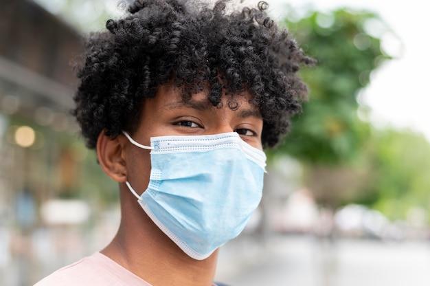 Homem usando máscara facial ao ar livre close-up