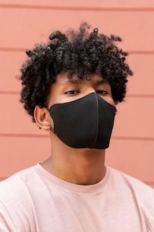 Homem usando máscara facial close-up