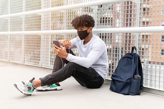 Homem usando máscara facial, foto completa