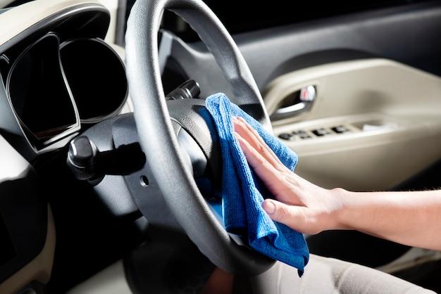Homem, usando, microfibra, pano, para, limpeza, car, interior