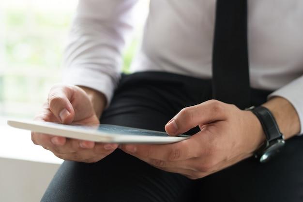 Homem, usando, móvel, computador