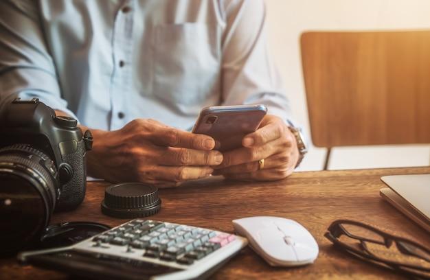 Homem, usando, móvel, em, loja café, conversa bate mensagem, rede social
