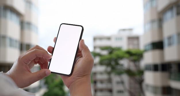 Homem, usando, móvel, smartphone, ao ar livre