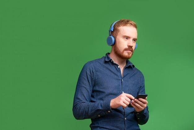 Homem usando música appication móvel