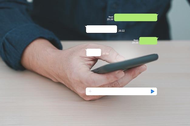 Homem usando o aplicativo de mensagens instantâneas no celular. bate-papo móvel online.