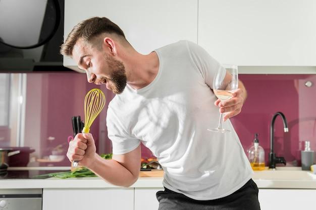 Homem usando o batedor como microfone