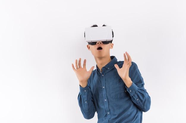 Homem usando o fone de ouvido da realidade virtual