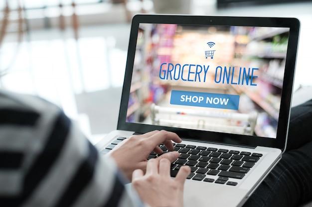 Homem usando o laptop para compras on-line