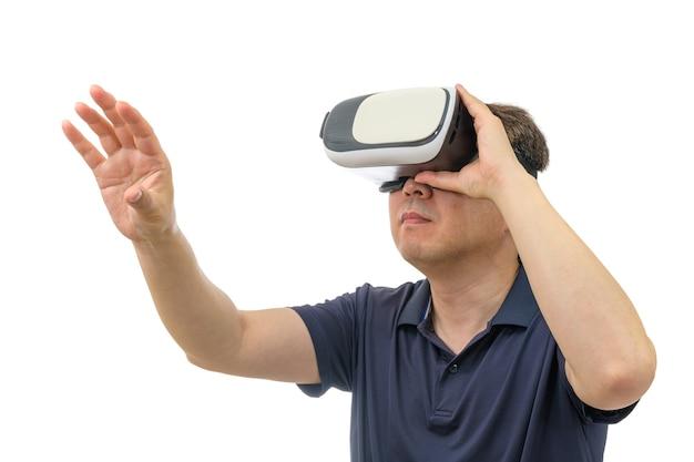 Homem usando óculos de realidade virtual isolados no fundo branco