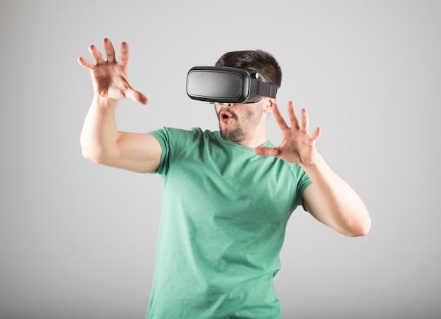 Homem usando óculos de realidade virtual