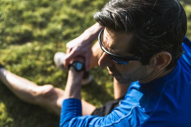 Homem usando óculos escuros pretos e uma camisa azul