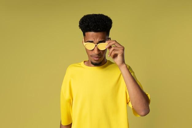 Homem usando óculos escuros, tiro médio