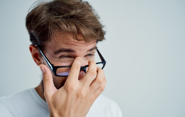 Homem usando óculos, problemas de saúde, visão, tratamento, miopia