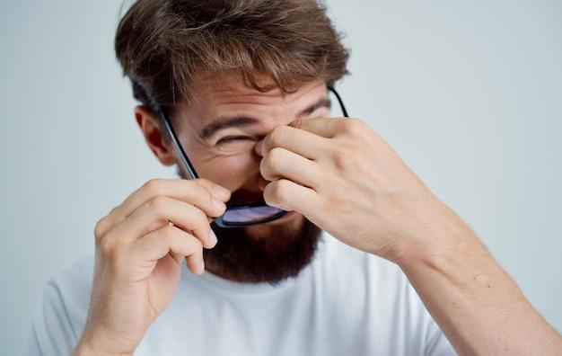 Homem usando óculos tratamento de miopia de visão de problemas de saúde.