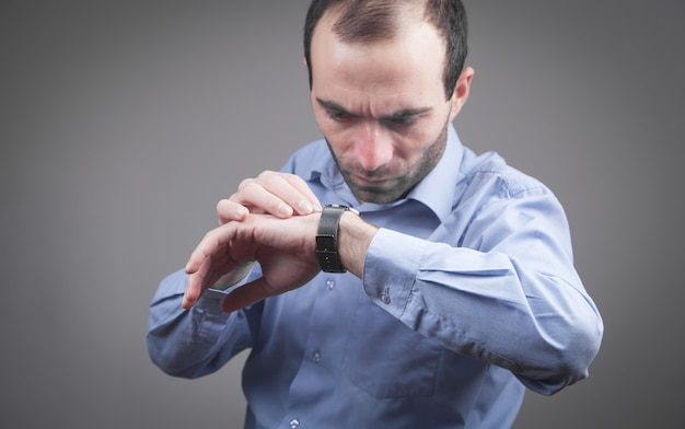 Homem usando relógio de pulso de luxo.