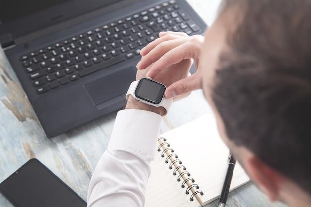 Homem usando relógio. estilo de vida. o negócio. tecnologia
