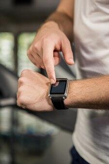 Homem usando relógio inteligente