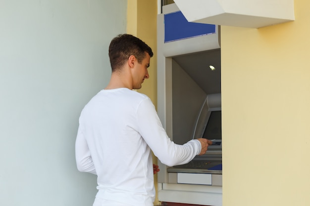Homem, usando, seu, cartão crédito