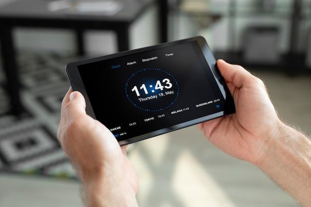Homem usando seu tablet para um aplicativo de automação