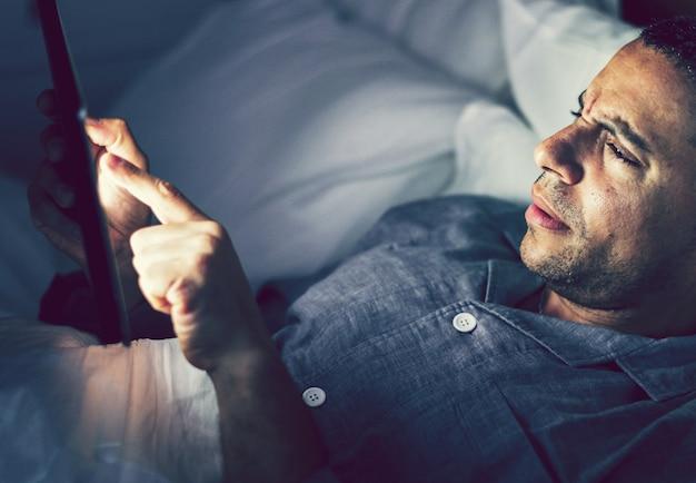 Homem, usando, seu, telefone cama