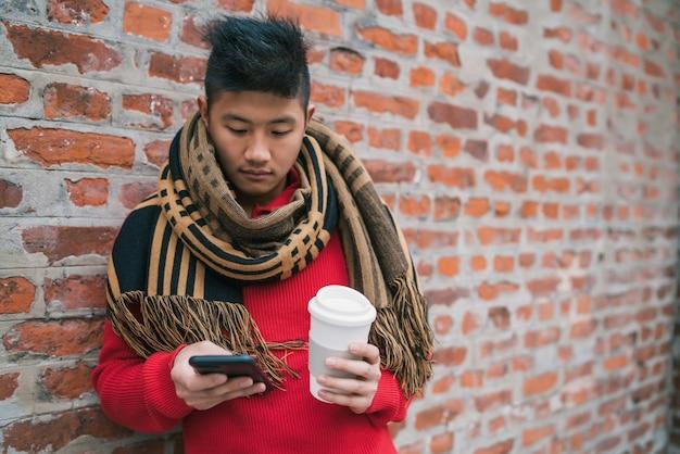 Homem usando seu telefone celular