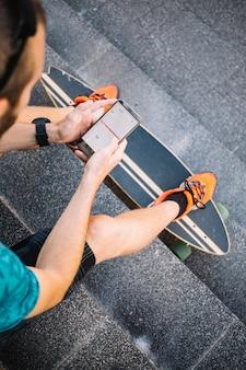 Homem, usando, skateboard