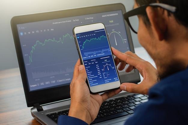 Homem usando smartphone, negociando on-line homem investindo em negociação na bolsa de valores