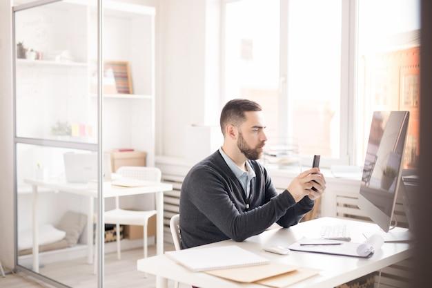 Homem usando smartphone no trabalho