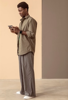 Homem usando smartphone para jogos