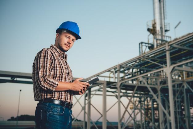 Homem usando tablet na fábrica