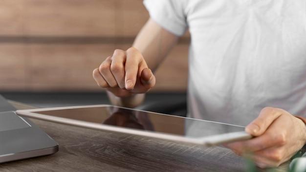 Homem usando tablet