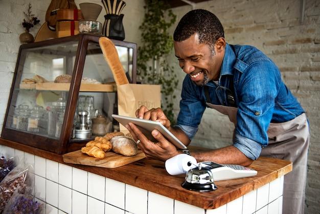 Homem, usando, tablete digital