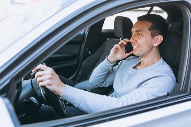 Homem, usando, telefone, enquanto, dirigindo