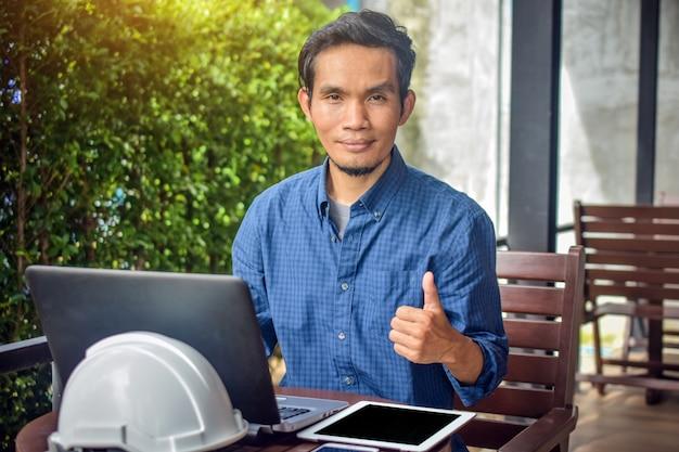 Homem usando telefone inteligente laptop trabalhando pequenas empresas