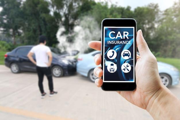 Homem usando telefone inteligente para seguro de carro após o acidente. ao ar livre e close-up.