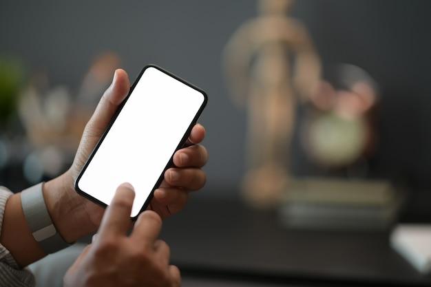 Homem, usando, telefone móvel, em, escritório, tela em branco, móvel, esperto, telefone
