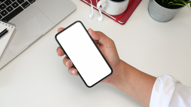 Homem, usando, telefone móvel, em, escritório