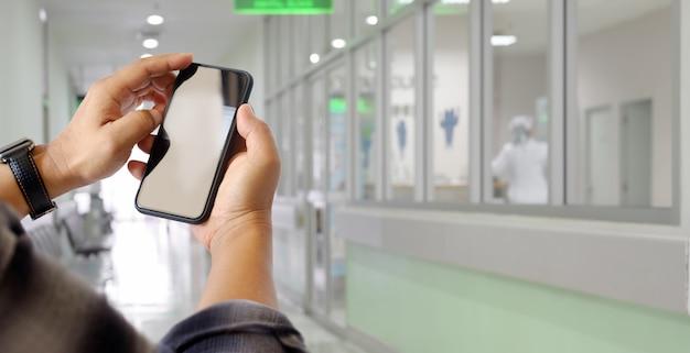Homem, usando, telefone móvel, em, hospitalar