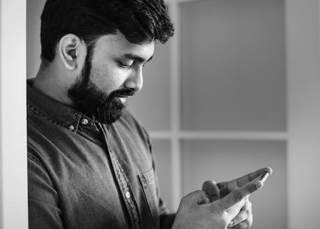 Homem, usando, telefone móvel
