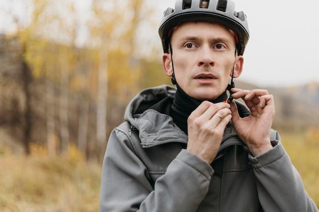 Homem usando um capacete de bicicleta conceito