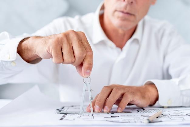 Homem, usando, um, compasso, para, arquitetônico, plano