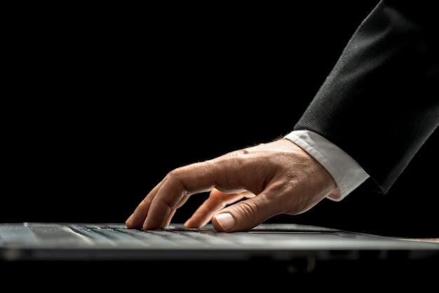 Homem usando um computador laptop