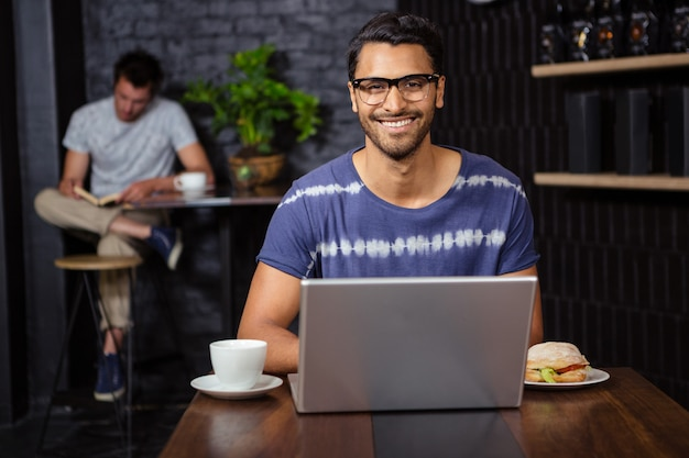 Homem usando um laptop