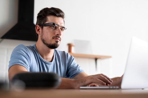 Homem usando um par de óculos inteligentes