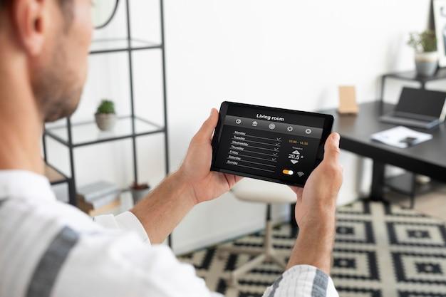 Homem usando um tablet doméstico inteligente