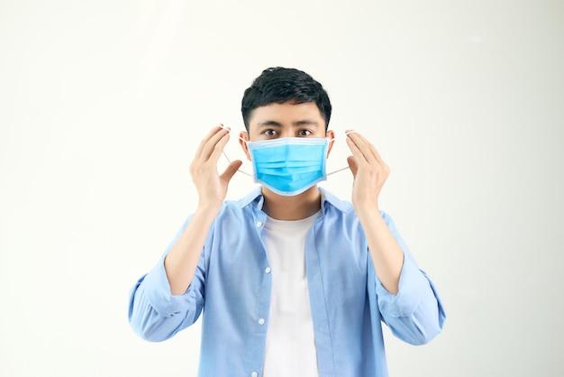Homem usando uma máscara de proteção antivírus para evitar a infecção por corona covid-19 e sars cov 2
