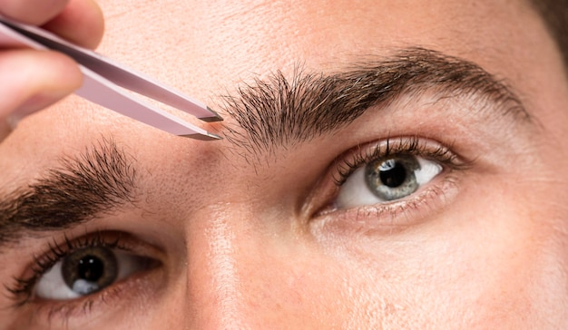 Homem usando uma pinça, close-up