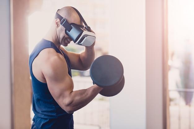Homem, usando, virtual, realidade, óculos, com, dumbbells